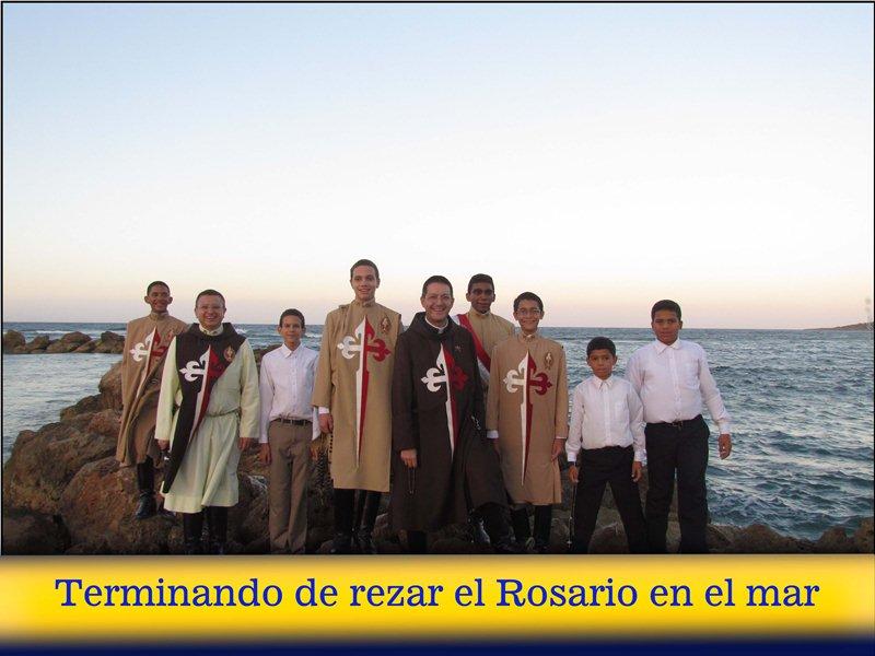 5-terminando-de-rezar-el-rosario-en-el-mar